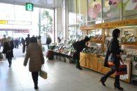 駅の中に野菜を売る店も=垂水友里香撮影