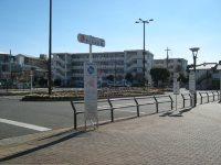 かなり広い駅前ロータリー=銅崎順子撮影