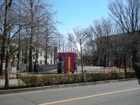 横断歩道の手前から。オブジェが見える=銅崎順子撮影