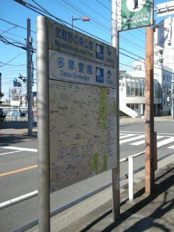 大学前にあった周辺案内地図=銅崎順子撮影