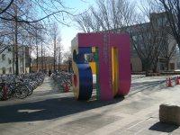 東京外国語大に到着。大学の頭文字(Tokyo University of Foreign Studies)でできたオブジェ。こちらはT=銅崎順子撮影