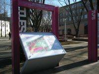 塀も柵もないオープンなキャンパス。道沿いに学内案内図=銅崎順子撮影