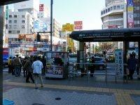 改札を出ると早稲田大学行きバス乗り場=小座野容斉撮影