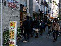 525円均一の弁当屋に行列が=小座野容斉撮影