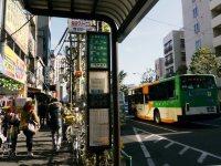 西早稲田のバス停留所。高田馬場からバスの人はここで下車=小座野容斉撮影