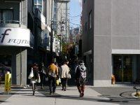 高田馬場から徒歩で来る学生はこの狭い路地に吸い込まれていく=小座野容斉撮影