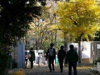 早稲田大学西門=小座野容斉撮影