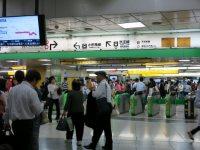 JR新宿駅の西口改札口からは徒歩5分ほど=中根正義撮影