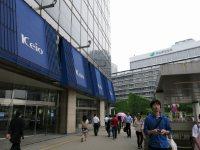 明治安田生命ビルを右手に見ながら、京王百貨店わきの歩道を直進=中根正義撮影