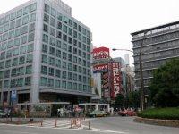 さらに歩くと新宿高速バスターミナルがあるビルと、ヨドバシカメラの看板が見えてくる=中根正義撮影