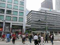 新宿高速バスターミナルがあるビルの前の横断歩道を渡る=中根正義撮影