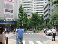 右手に新宿郵便局を見ながら通り過ぎると、同郵便局前交差点=中根正義撮影