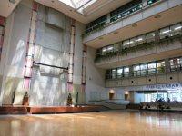 建物に入ると4階まで吹き抜けのアトリウムが。年間を通して、さまざまなイベントが開催される=中根正義撮影