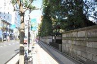 寺が右手に見えてきたら、先の交差点を左折する=垂水友里香撮影