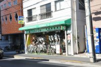自転車店もあります=垂水友里香撮影