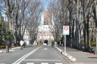 大学の正門が見せます=垂水友里香撮影