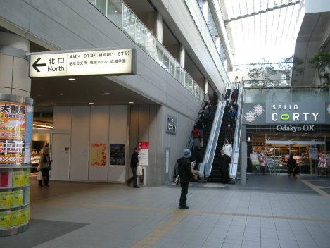 小田急成城学園前駅中央改札を出たところ。北口に進む=銅崎順子撮影