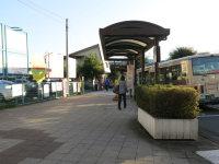 駅出口を背に直進。バス停などを右に見ながら歩く=中根正義撮影