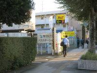 50メートルほど歩くと「駿河台大学バスステーション」の看板が。ここがスクールバスの乗り場=中根正義撮影