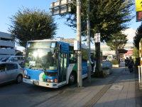駅からはバスで7分ほど。無料で運行されている=中根正義撮影