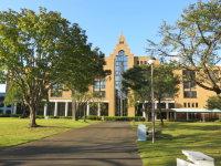 正面は講義棟。教室や公務員・資格試験学習室、大学院研究室などがあり、主な講義は、この建物を中心に行っている=中根正義撮影