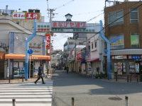 長瀬駅前の商店街は「まなびや通り」と呼ばれる。キャンパスまでは約1キロの道のりだが、約120の店舗が軒を連ね、日本屈指の学生街を形成する=中根正義撮影