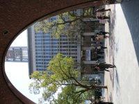 西門からは本館にある時計台が見える。キャンパスのランドマーク的存在=中根正義撮影