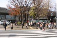 公園口前の交差点を渡り、上野公園内へ=江刺弘子撮影