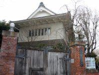旧東京音楽学校奏楽堂を通り過ぎると四つ角。四つ角に立つ東京芸術大学の旧校門=江刺弘子撮影
