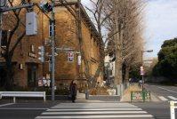 旧校門前の横断歩道を渡る=江刺弘子撮影