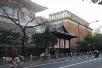 道なりに進むと、反対側に旧東京美術学校の玄関が見えてくる=江刺弘子撮影