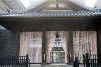 旧東京武術学校の玄関をくぐると、芸大アートプラザ=江刺弘子撮影