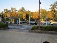 駅を出るとタクシー乗り場が=高橋望撮影