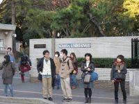 校門が見えてきた。駅から直近の距離=高橋望撮影