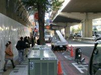 駅を降りてから神奈川方向へ歩き出す。正門までは徒歩約10分=柴沼均撮影