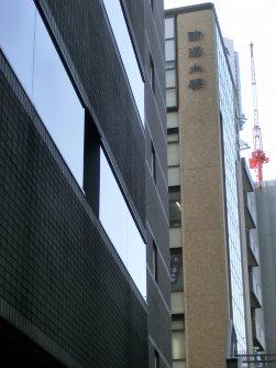 途中、駒澤大学会館がある=柴沼均撮影