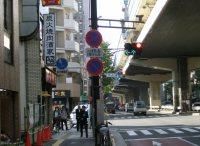 正門へは駒沢交差点を左折する=柴沼均撮影