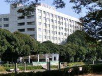 駒沢公園から大学の校舎を望む=柴沼均撮影