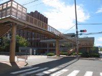 通りの向こうが深草キャンパス=2015年10月3日、五十嵐英美撮影