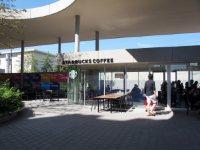 キャンパス内にはコーヒーショップも=2015年10月3日、五十嵐英美撮影