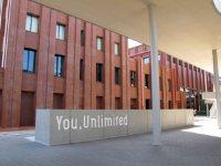 大学のスローガンは「You,Unlimited」=2015年10月3日、五十嵐英美撮影