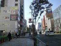 国道246号(青山通り)を渋谷方面へ歩き出す=柴沼均撮影