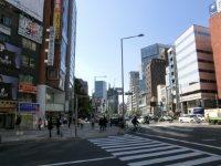 青山通りと骨董通りの交差点を渡ればすぐ=柴沼均撮影