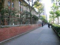大学の塀に沿って、正門まで歩いて行く=柴沼均撮影