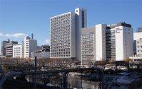 外堀通り沿いに駅側から、9号館、7号館、1号館が並ぶ=千貫朋子撮影