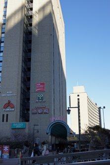 飯田濠跡地に建つ駅ビル「飯田橋セントラルプラザ」、専門職大学院であるイノベーション研究科(MIP)が奥の建物の2階にある=千貫朋子撮影