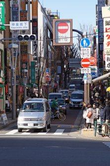 神楽坂通り、車は一方通行で時間帯によって通行できる方向が逆転する=千貫朋子撮影
