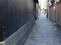 神楽坂通りを外れ路地に入ると石畳の道がある=千貫朋子撮影