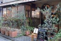 イタリア、スペイン、地中海料理の店なども、住宅街のあちこちに点在する=千貫朋子撮影