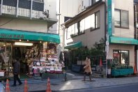 神楽坂通りに入ってすぐにある花屋のかどを曲がると3号館、2号館への近道=千貫朋子撮影